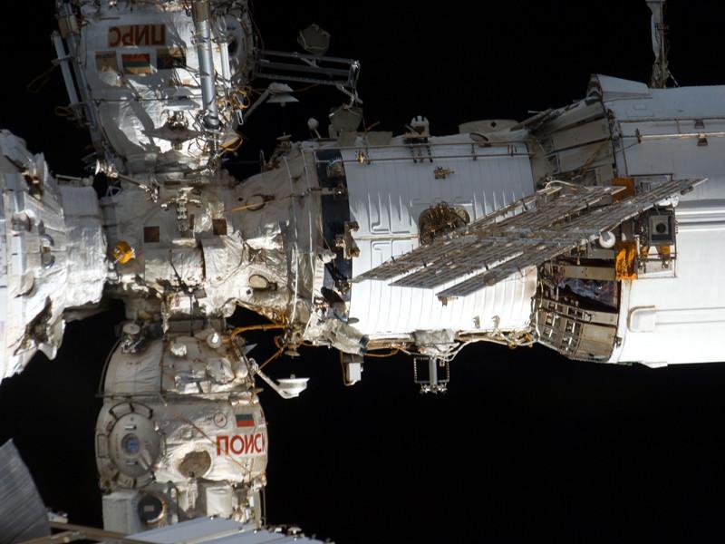 """Темп утечки воздуха с Международной космической станции (МКС), предположительное место которой обнаружили накануне в переходном отсеке модуля """"Звезда"""" при помощи чайного пакетика, упал вдвое после установки заплатки на обнаруженную космонавтами трещину"""