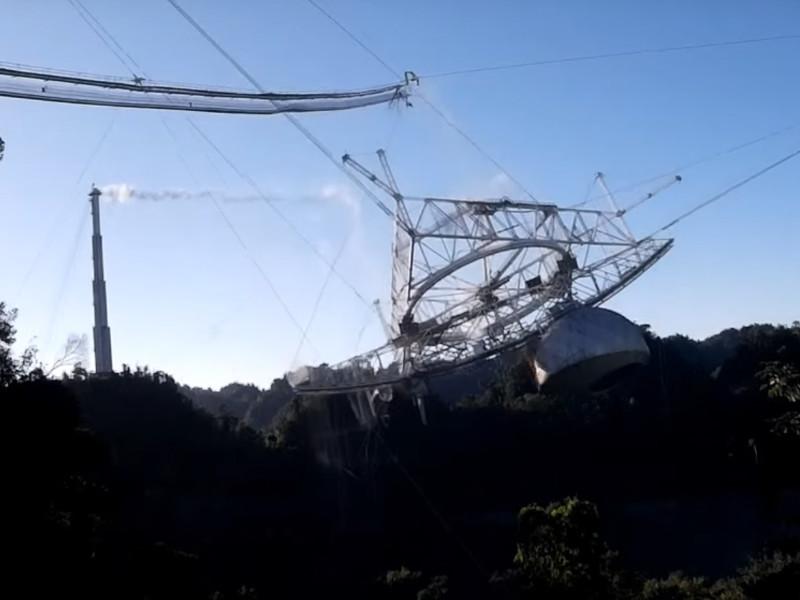 Национальный научный фонд США опубликовал видеоролик, на котором запечатлен момент обрушения 900-тонной платформы радиотелескопа Аресибо в Пуэрто-Рико на его антенну