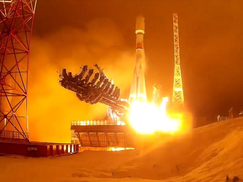 """Роскосмос запустил ракету """"Союз-2.1б"""" с четырьмя спутниками"""