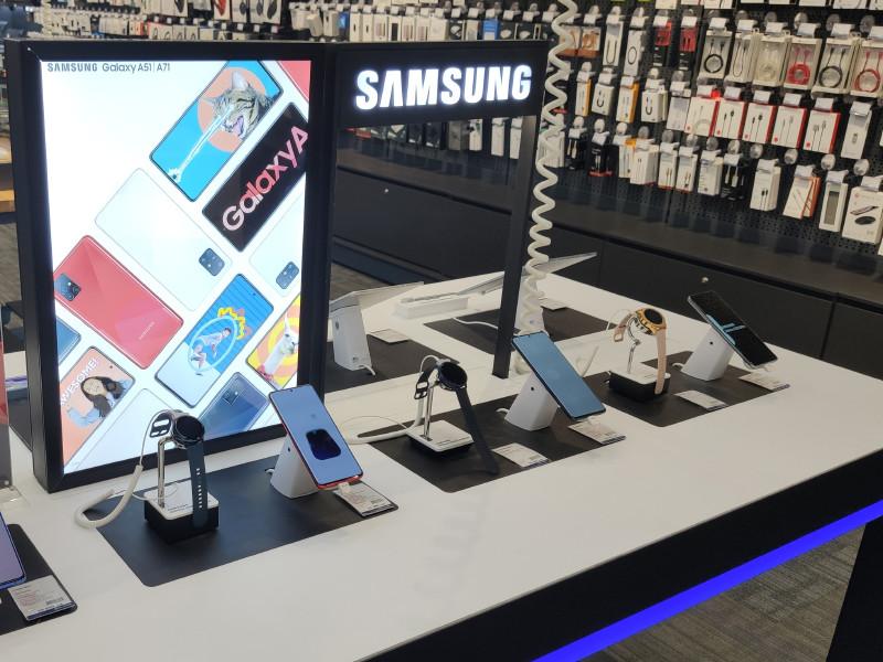 Samsung постепенно уберет зарядные устройства и проводные наушники из коробок с новыми смартфонами