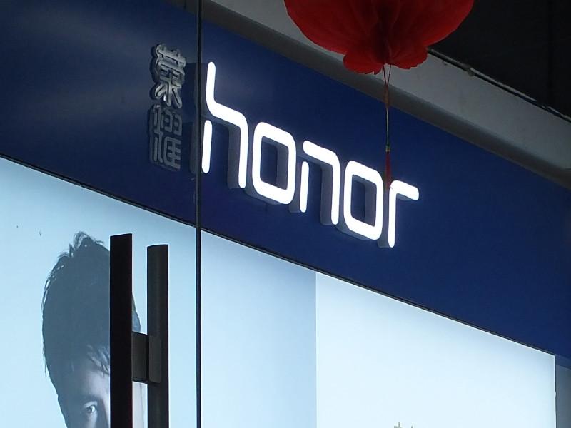 """Проданная из-за санкций США """"дочка"""" Huawei возобновит выпуск Android-смартфонов Honor с сервисами Google"""