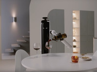 Samsung показала домашнего робота, способного налить владельцу бокал вина