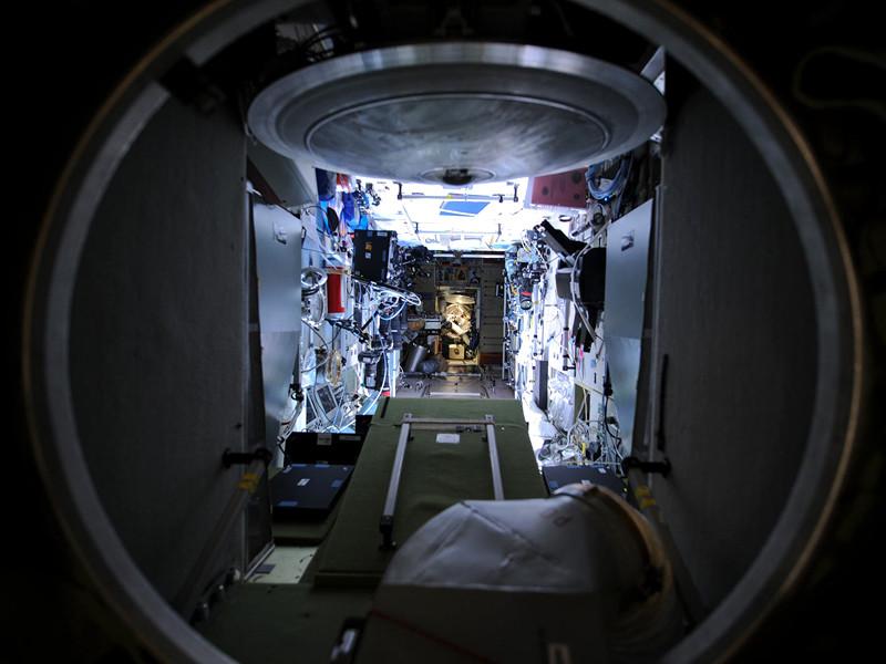 """Работы по герметизации двух трещин в промежуточной камере модуля """"Звезда"""" Международной космической станции (МКС), которые российские члены экипажа станции провели на прошлой неделе, не помогли окончательно устранить утечку воздуха на МКС"""