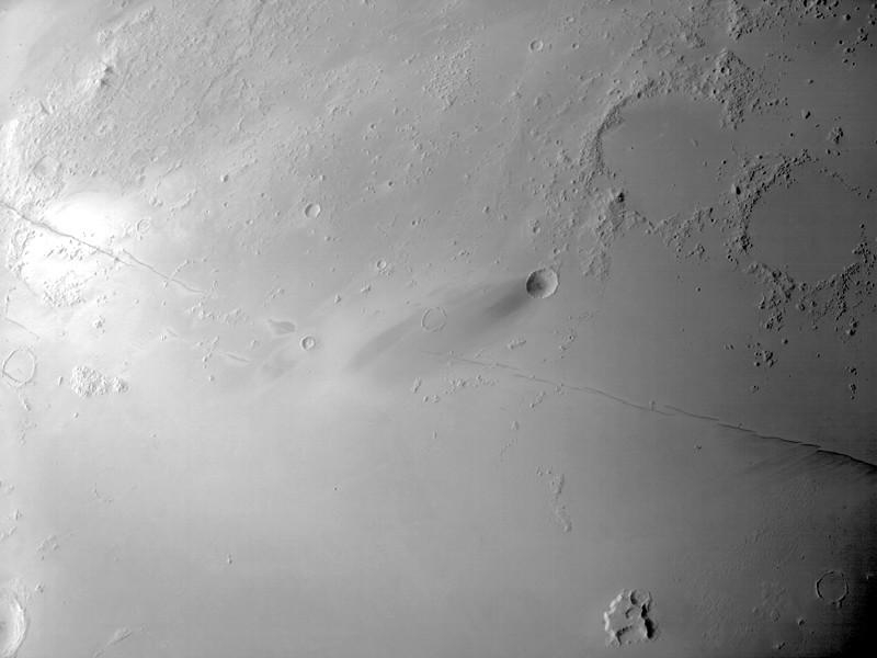 Исследователи опубликовали новый снимок поверхности Марса, присланный Hope. На фотографии видны Борозды Цербера - сеть разломов длиной более 1 тыс. километров