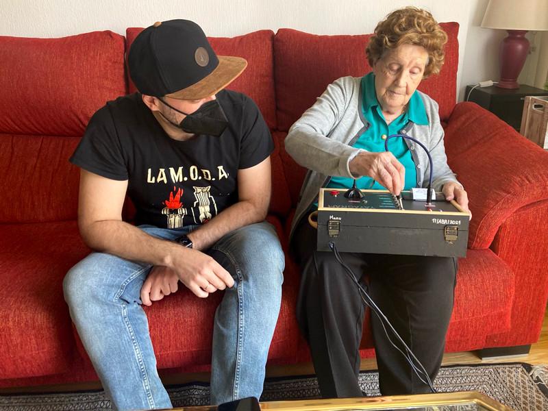 """Испанский инженер создал """"аналоговый Telegram"""" для 96-летней бабушки"""