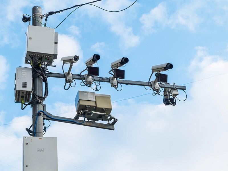 С 1 мая 1,2 тыс. стационарных и 200 мобильных дорожных камер, действующих в Московской области, начали контролировать соблюдение водителями пропускного режима, который был введен регионе в рамках борьбы с эпидемией коронавируса