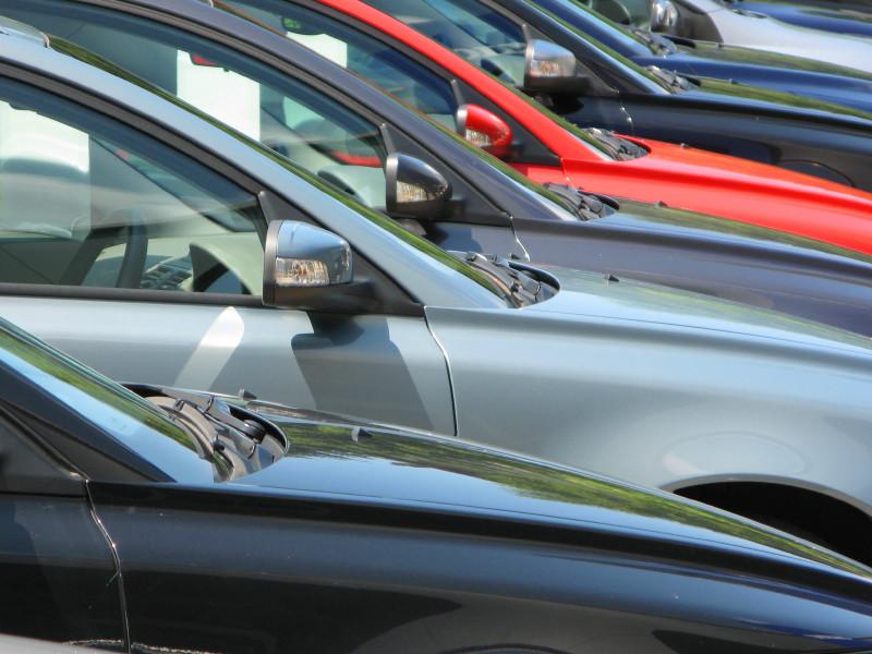 Продажи новых машин в России в апреле рухнули почти втрое