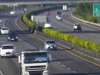 По словам 53-летнего водителя автомобиля, его Tesla двигалась со скоростью около 110 километров в час. Хотя перевернутый грузовик был хорошо заметен, системы электромобиля не отреагировали на приближение препятствия. Водитель, который, по всей видимости, не следил за дорогой, нажал на тормоз, когда увидел перевернутый грузовик, но было поздно и Tesla врезалась в кузов грузовика