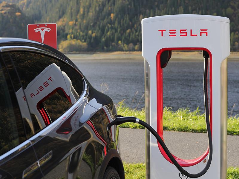 Американский компания Tesla в скором времени создаст автомобиль с поддержкой автономного вождения пятого уровня, предусматривающего, что машине не требуется водитель