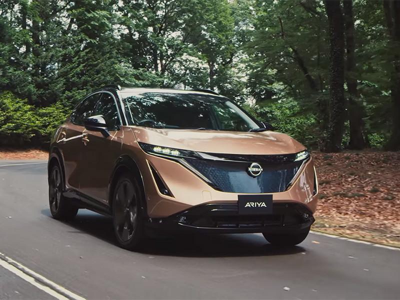 Компания Nissan официально представила полностью электрический кроссовер Ariya. В целом автомобиль внешне почти не отличается от одноименного концепт-кара, который японская компания показала в прошлом году