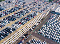 Импорт легковых машин в Россию упал на треть