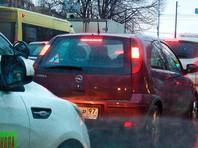 Дорожная камера в Москве выписала стоявшим в пробке водителям штрафы за неправильную парковку