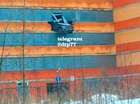 В Подмосковье пробивший стену Mercedes едва не вылетел с четвертого этажа парковки (ВИДЕО)
