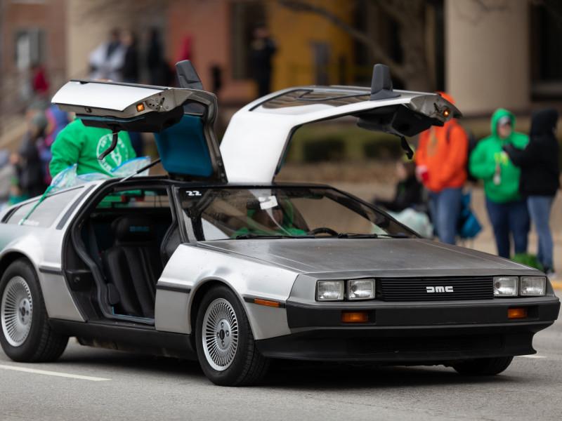 Оригинальная модель DeLorean DMC-12, выпущенная в 80-е годы прошлого века, стала культовой, благодаря запоминающемуся появлению в кино