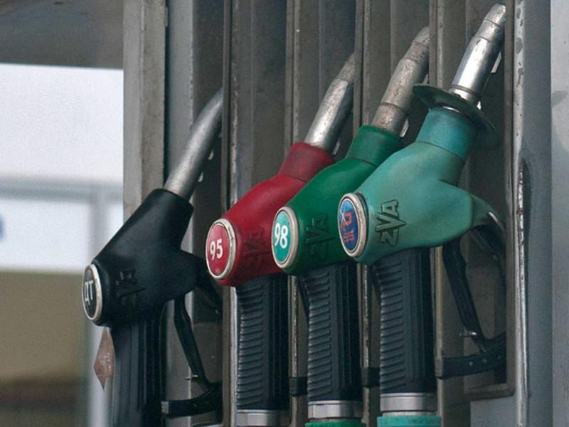 В Хабаровске пытаются устранить дефицит топлива на АЗС, к которым выстроились огромные очереди