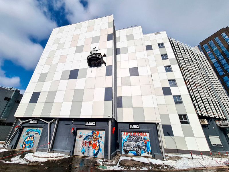 На юге Москвы водитель автомобиля Porsche Macan не справился с управлением и врезался в перекрытия многоэтажного паркинга на уровне четвертого этажа