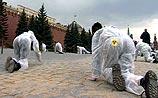 Экологи проползли Красную площадь и были задержаны у ворот Кремля