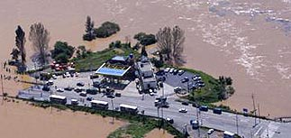 В Южной Корее тайфун прорвал дамбу на реке Нактонган
