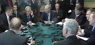 Янукович и Ющенко пожали руки. Кучма объявил а начале переговоров