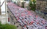 """""""Наши"""" свезли на акцию в Москве 60 тыс. молодых людей в красно-белом"""