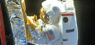 Астронавты завершили пробный ремонт обшивки шаттла