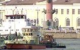 В Петербурге танкер врезался в мост - в Неву вылился мазут