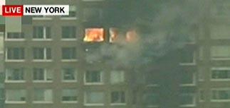 В Нью-Йорке в жилой небоскреб врезался самолет