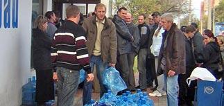Севастопольцы скупили всю воду - в кране отравлена