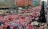 """""""Наши"""" вывели на улицы Москвы 70 тыс. Дедов морозов и Снегурочек"""