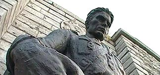 Бронзового солдата перенесли на кладбище