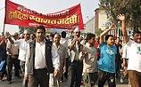 Король Непала разжалован в простолюдины. Этим довольны не все, в стране столкновения
