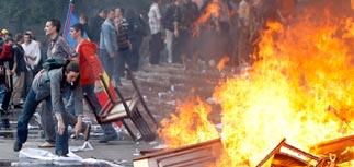 Толпа разоряет резиденцию Воронина и парламент Молдавии