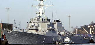 Эсминец США идет на перехват подозрительного корабля КНДР