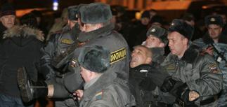 """Протест по-новогоднему: """"несогласных"""" положили лицом в снег"""