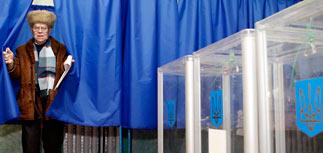 По данным exit-polls, Тимошенко и Янукович вышли во второй тур