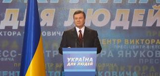 Выигрывающий Янукович призвал Тимошенко уйти