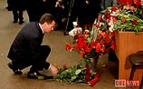 """Медведев возложил цветы на """"Лубянке"""" и пригрозил террористам"""