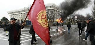 Оппозиция захватила власть в Киргизии, МВД и армия молчат