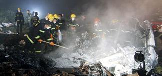 В Китае самолет в тумане проскочил ВПП: 43 погибших