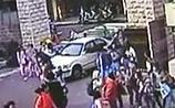 На Тайване мужчина решил сгореть в авто, заехав в толпу детей (ВИДЕО)