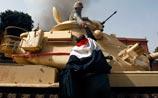 В Египте продлен комендантский час. Но армия братается с демонстрантами