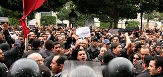 Президент Туниса объявил ЧП, отставил правительство и сбежал