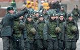 Медведев говорит о дружбе нацкультур. А на Манежке силовики управляются с националистами