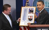 Обама вернул галстук уходящему в отставку пресс-секретарю. Тот растрогался