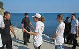 """Экологи прорвали охрану """"дворца Путина"""" на Черном море и искупались на закрытом пляже"""