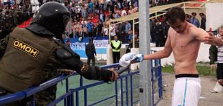 Побоище на стадионе в Нижнем - лучший бомбардир получил удар электрошокером