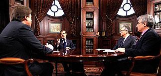 Медведев перекроил сетку трех каналов и срочно доложил, почему не идет в президенты