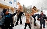 """Очередной топлесс-протест от FEMEN - """"под дулом снайперов"""" в Давосе. ФОТО, ВИДЕО"""