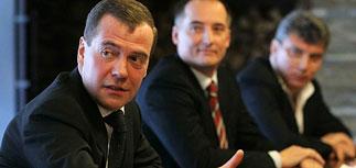Оппозиция дала Медведеву советы по политреформе и показала подошву Пономарева