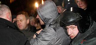 Фонтан с Навальным взят штурмом на Пушкинской. Шествие нацколонны полиция упустила